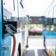 Bilde av elektriske busser som lader